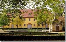 220px-Wielandgut_Oßmannstedt_-_Gutshaus_mit_Delphinenbrunnen_02